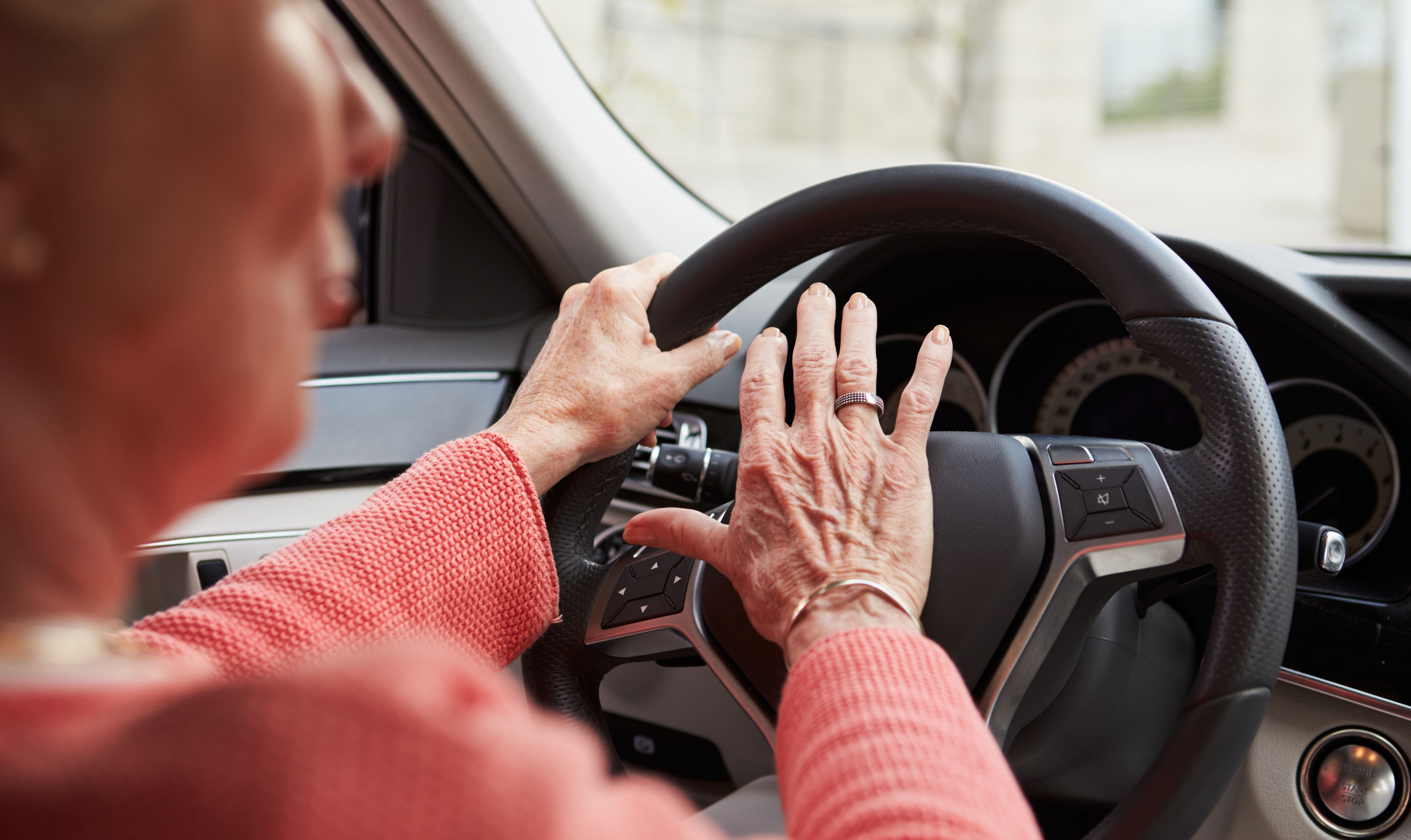 כל הסיבות למה נהגים מעל גיל 55 צריכים כפתור הצלה ברכב דווקא עכשיו